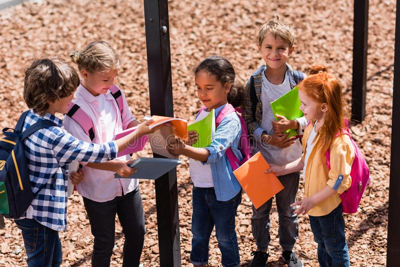Crianças multi-étnicos com livros fotos de stock