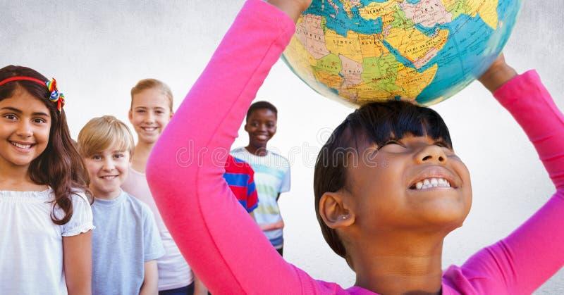 Crianças multinacionais e multiculturais que guardam o globo do mundo com fundo vazio fotografia de stock