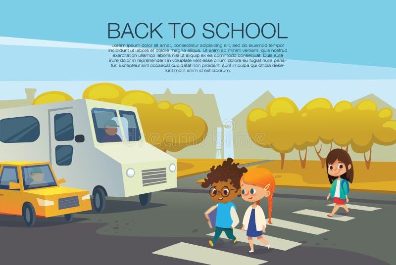 Crianças multirraciais que andam através do cruzamento pedestre na frente dos carros parados contra árvores do outono no fundo Es ilustração do vetor