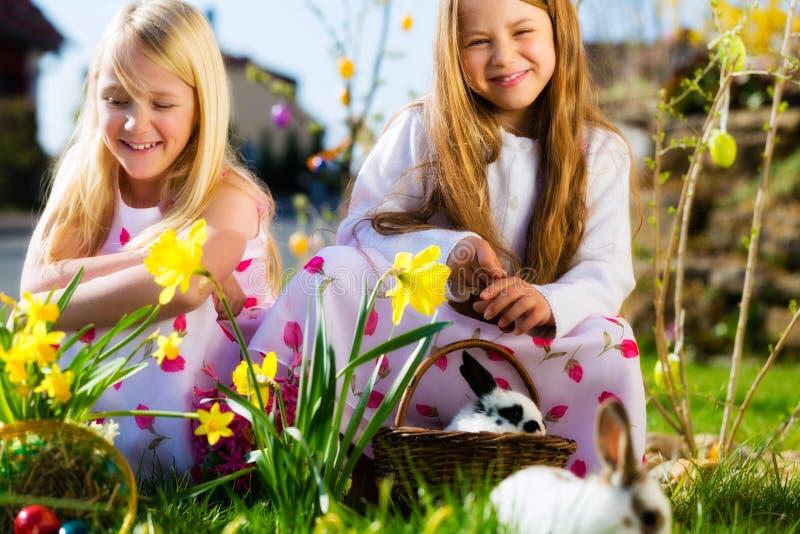 Crianças na caça do ovo da páscoa com coelho fotografia de stock