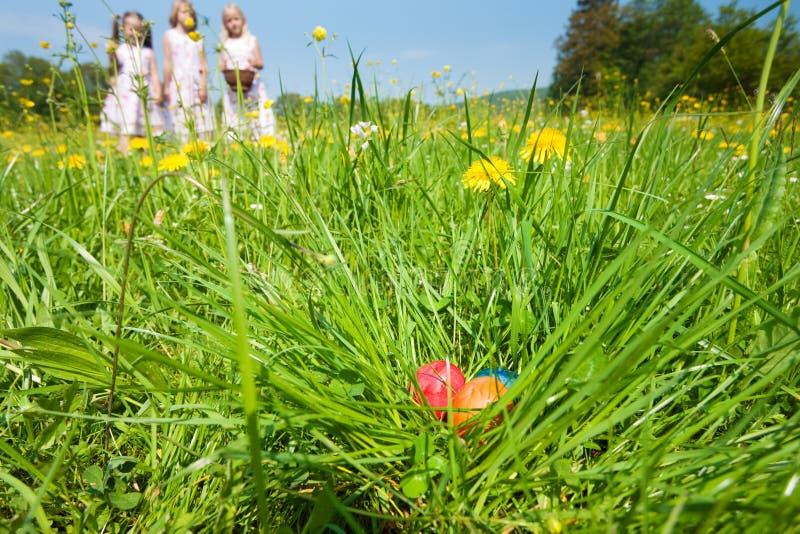 Crianças na caça do ovo de Easter foto de stock