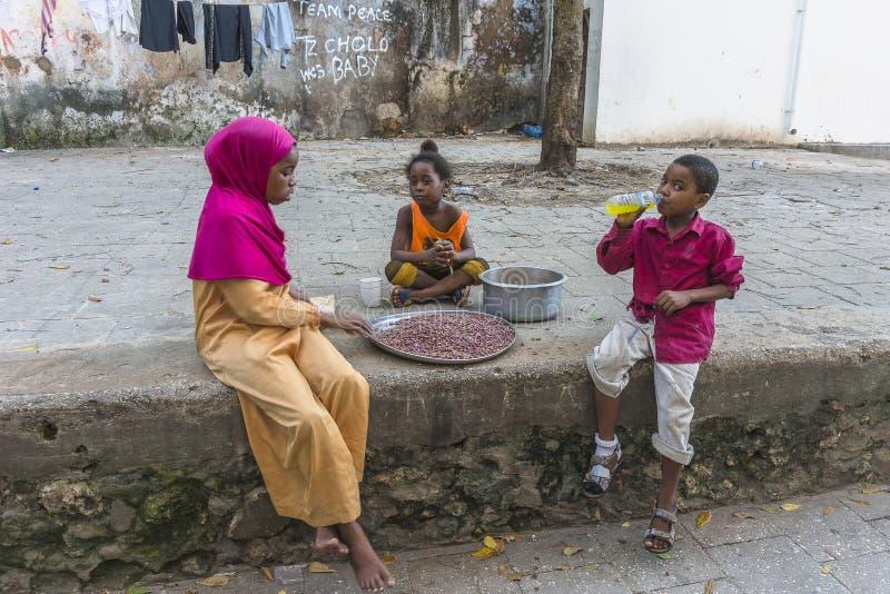 Crianças na cidade de pedra imagens de stock royalty free