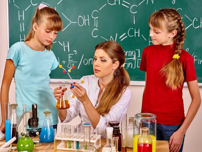 Crianças na classe de química imagem de stock royalty free