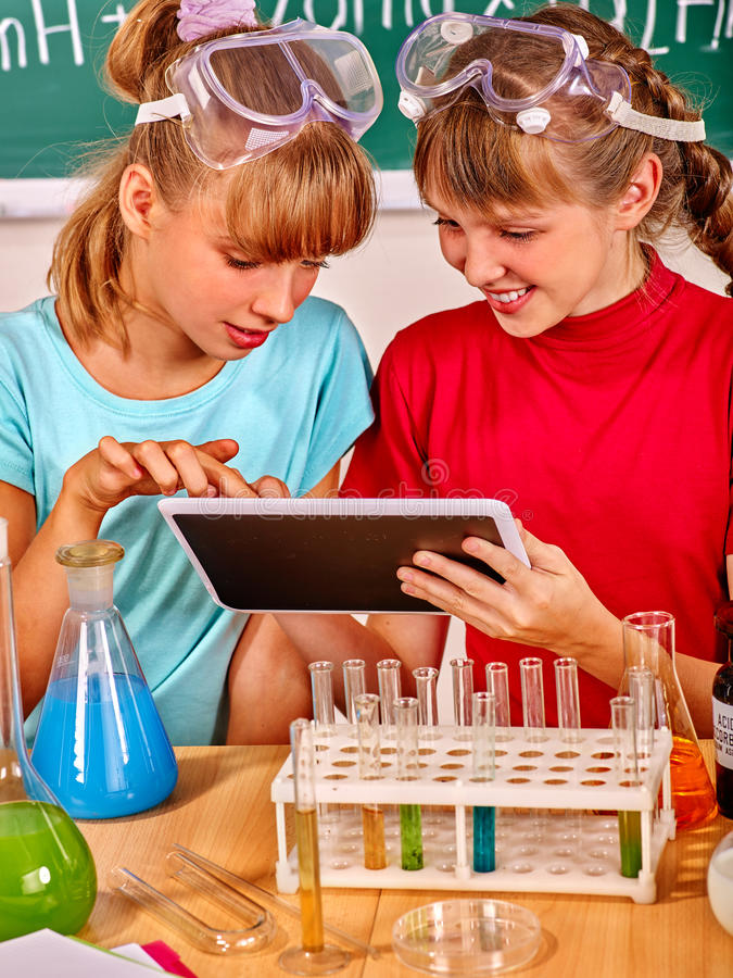 Crianças na classe de química foto de stock royalty free