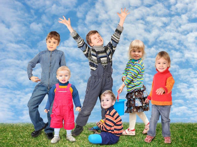 Crianças na colagem do prado da grama imagens de stock