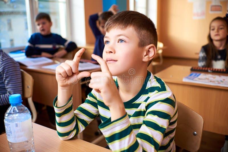 Crianças na escola, aritmética mental imagens de stock royalty free