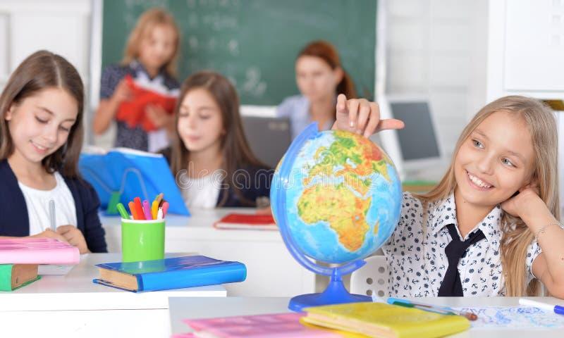 Crianças na escola nas lições imagem de stock