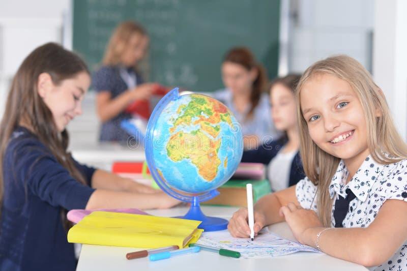 Crianças na escola nas lições fotos de stock