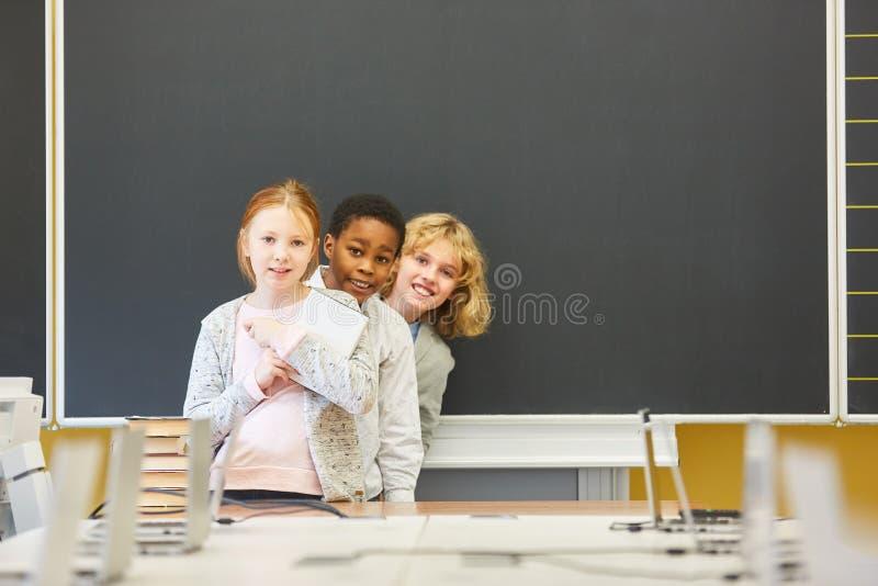 Crianças na escola primária multicultural imagens de stock royalty free