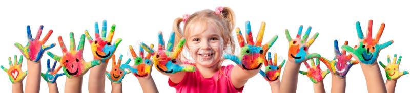 Crianças na faculdade criadora - mãos pintadas imagem de stock