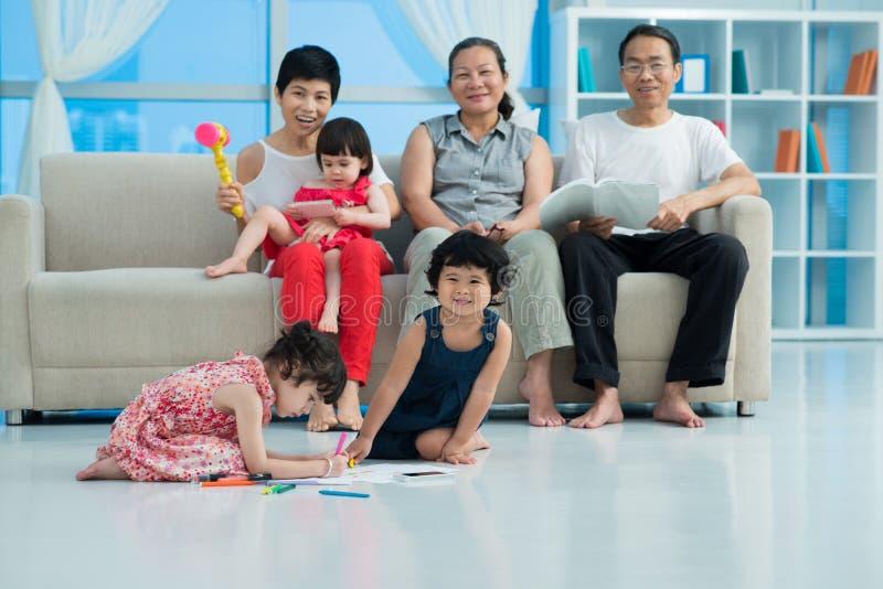Crianças na família fotos de stock royalty free