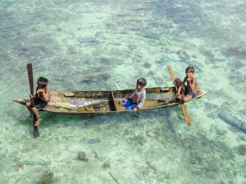 Crianças na ilha de Mabul, Malásia imagens de stock royalty free