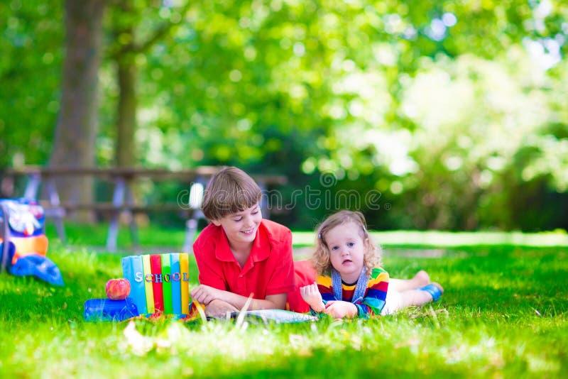 Crianças na jarda de escola fotos de stock