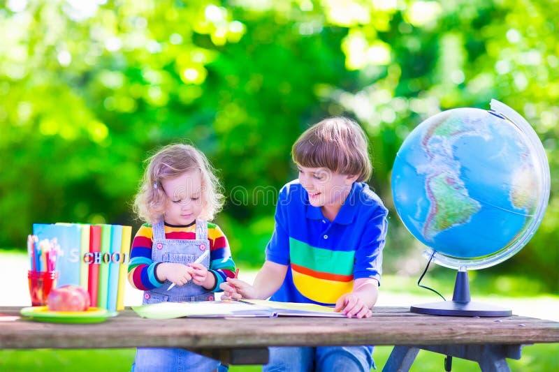 Crianças na jarda de escola foto de stock royalty free