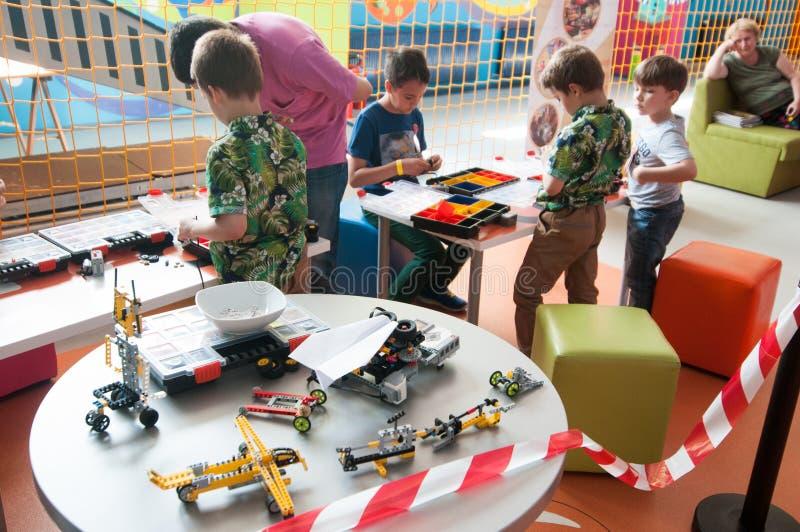 Crianças na oficina da robótica de Lego fotos de stock royalty free
