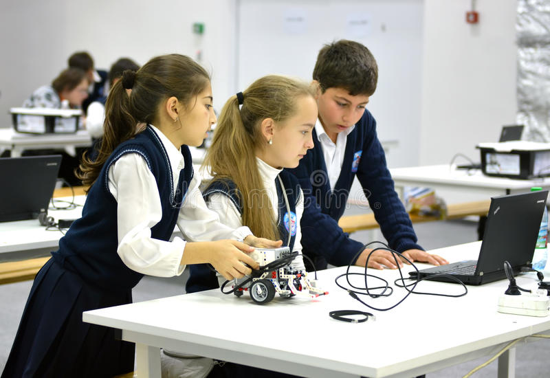 Crianças na olimpíada robótico Rússia 2014 do mundo em Sochi fotos de stock royalty free