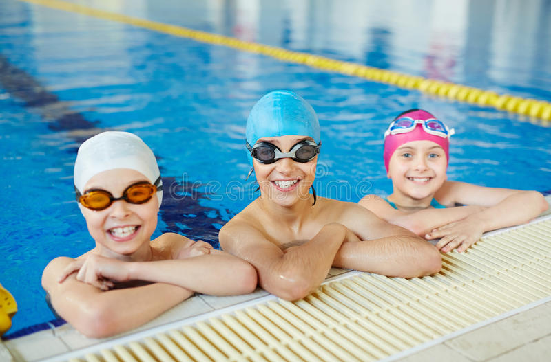 Crianças na prática da natação fotos de stock