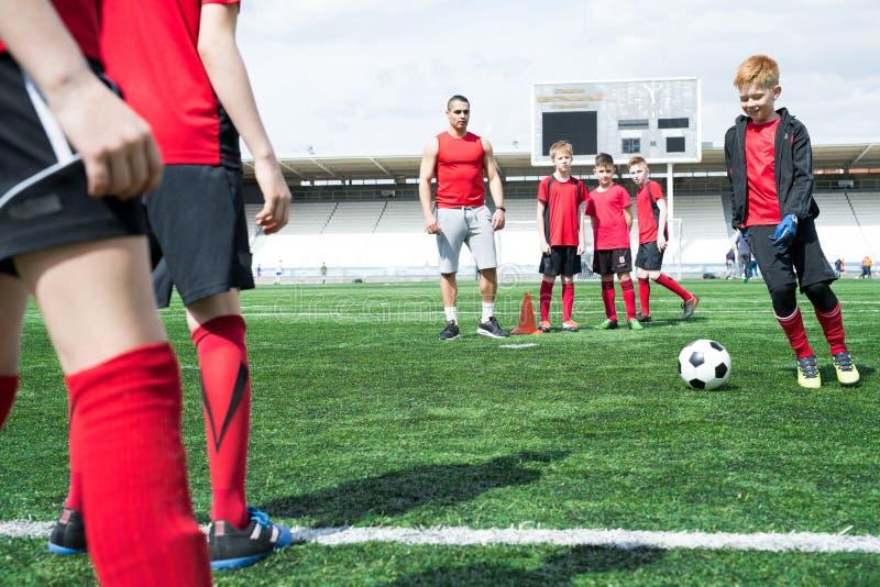 Crianças na prática do futebol fotos de stock royalty free