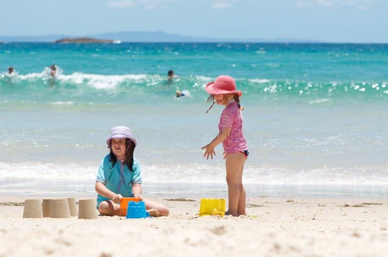 Crianças na praia imagens de stock