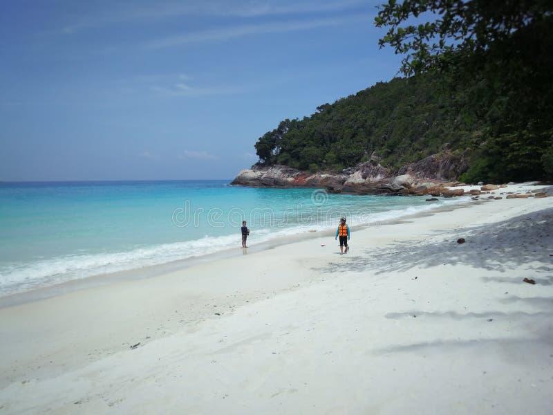 Crianças na praia tropical fotografia de stock royalty free