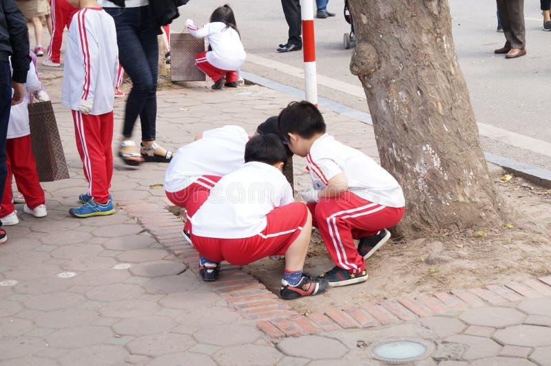 Crianças na rua da caminhada imagem de stock