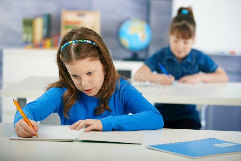 Crianças na sala de aula da escola primária fotos de stock