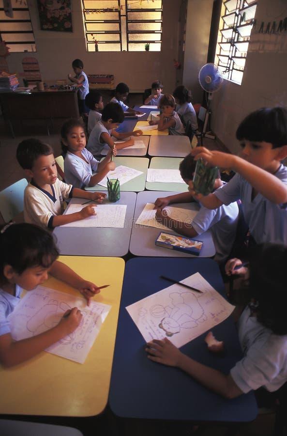 Crianças na sala de aula em Brasil foto de stock royalty free