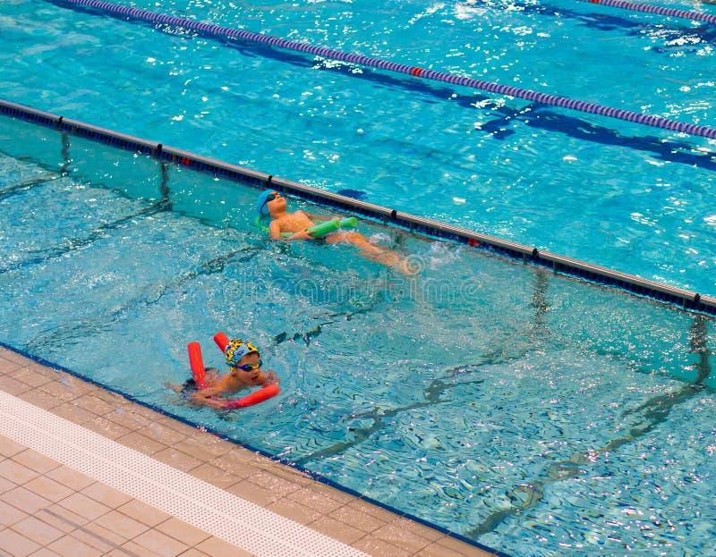 Crianças nadadoras em uma associação imagem de stock royalty free