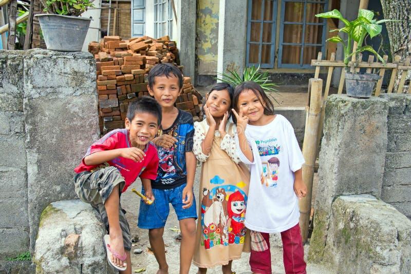 Crianças nas ruas em Lombok, Indonésia foto de stock