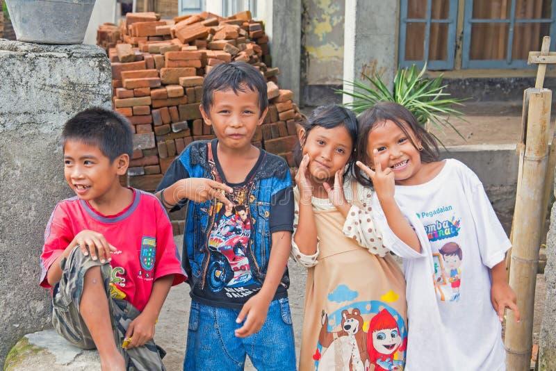 Crianças nas ruas em Lombok, Indonésia imagem de stock