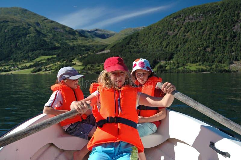 Crianças no barco de fileira fotografia de stock