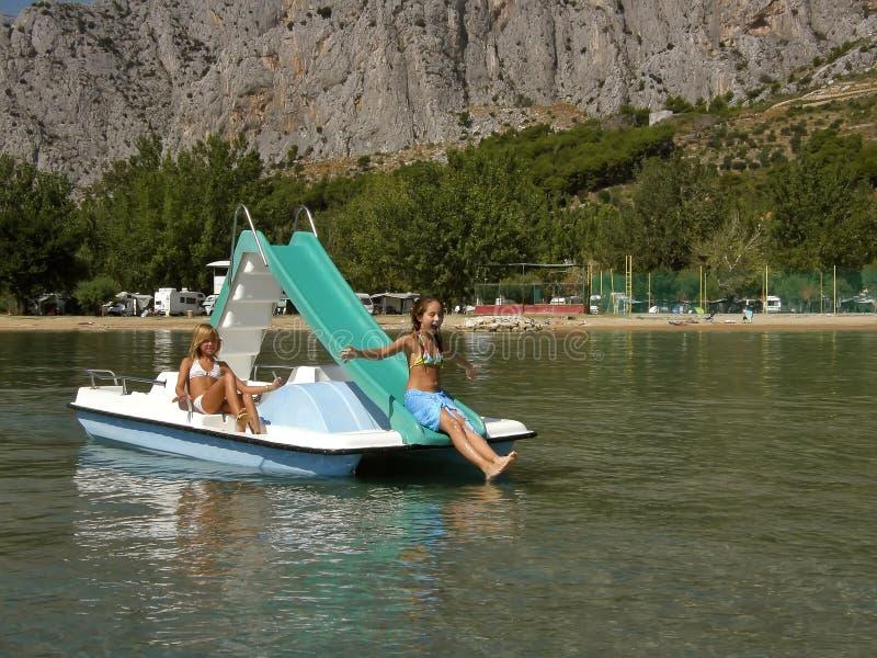 Crianças no barco do pedal no mar 3 imagens de stock royalty free
