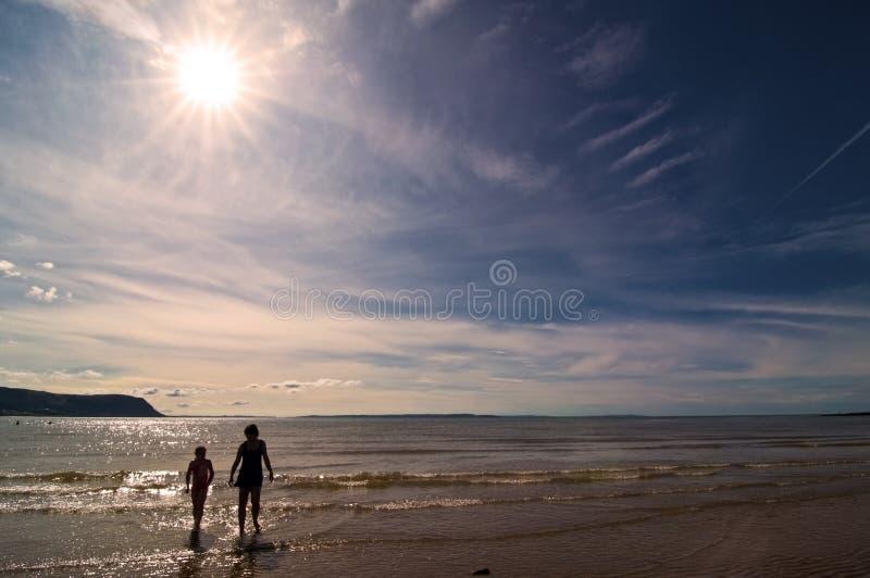 Crianças no beira-mar imagens de stock
