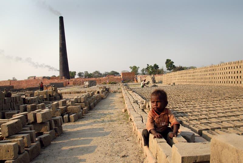 Crianças no Brickfield em India foto de stock