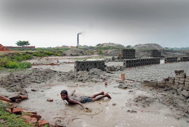 Crianças no Brickfield em India imagens de stock royalty free