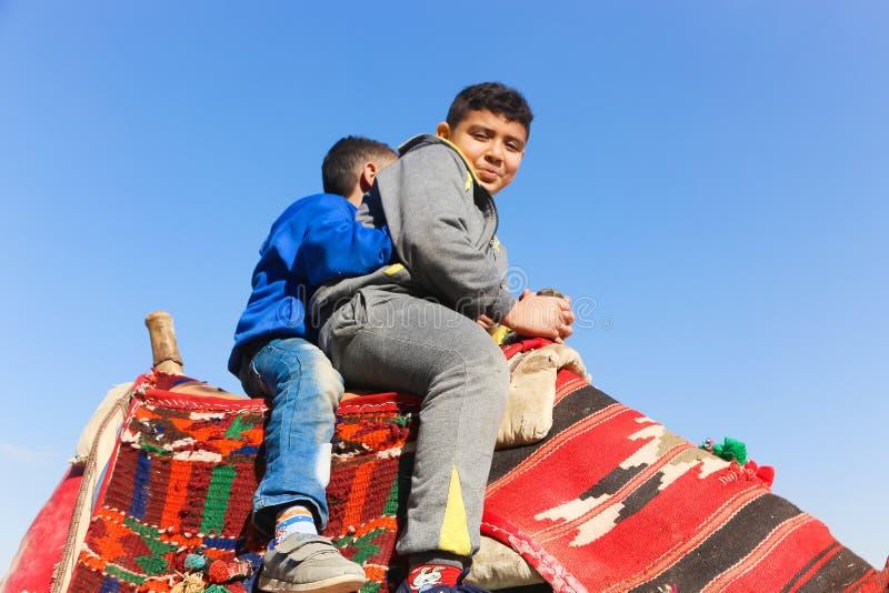 Crianças no camelo em pirâmides de Giza imagens de stock royalty free