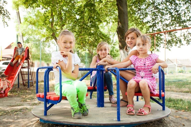 Crianças no carrossel foto de stock