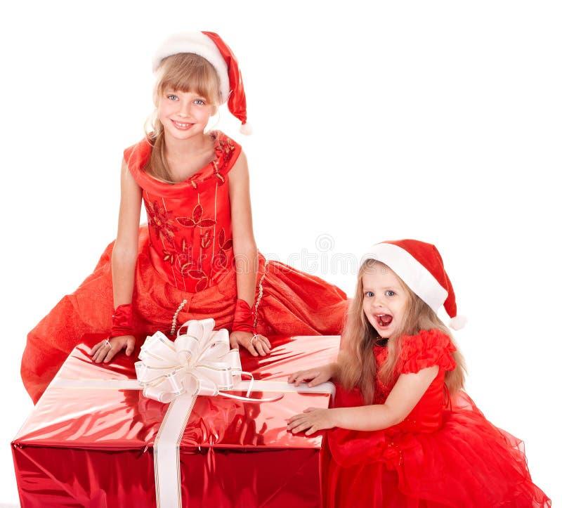 Crianças no chapéu do Natal com caixa de presente. fotos de stock royalty free