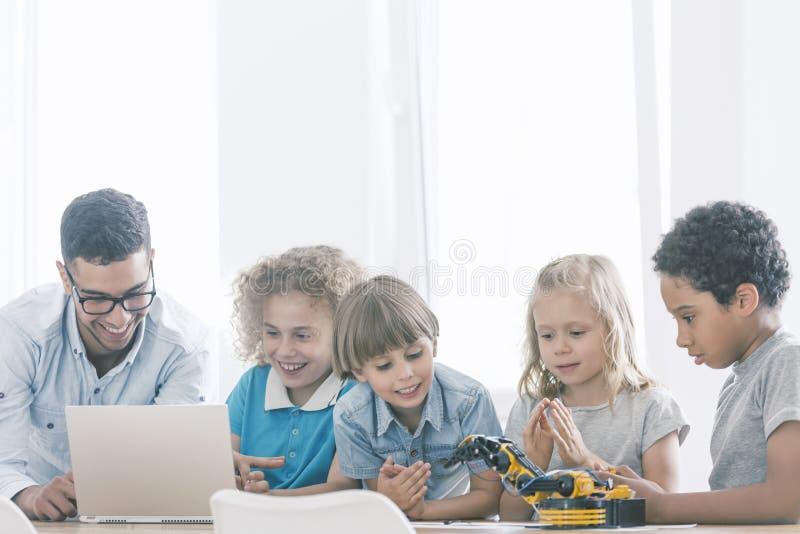 Crianças no clube da haste do extracurricular imagens de stock royalty free