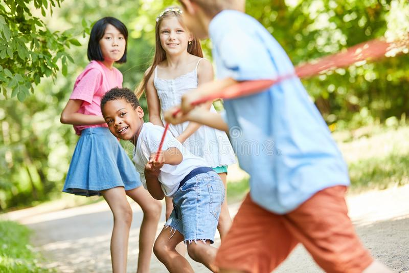 Crianças no conflito como uma equipe forte fotos de stock royalty free