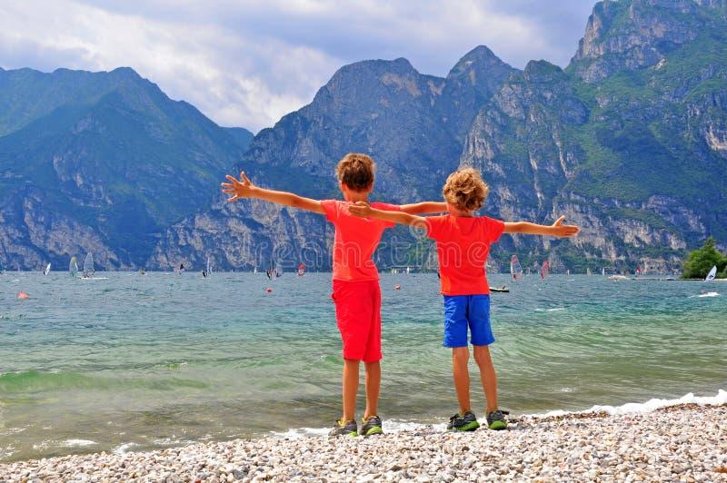 Crianças no lago Garda fotografia de stock royalty free