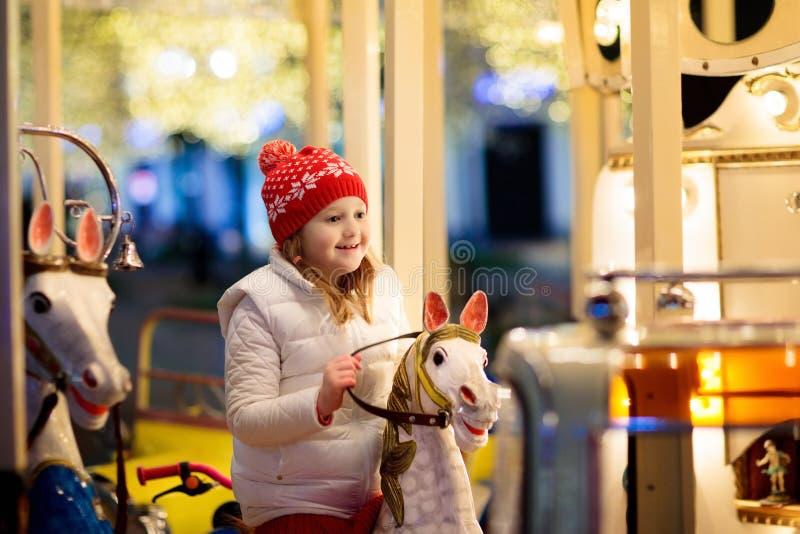 Crianças no Natal justo Criança no mercado do Xmas fotos de stock