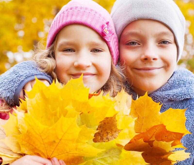 Crianças no outono fotografia de stock