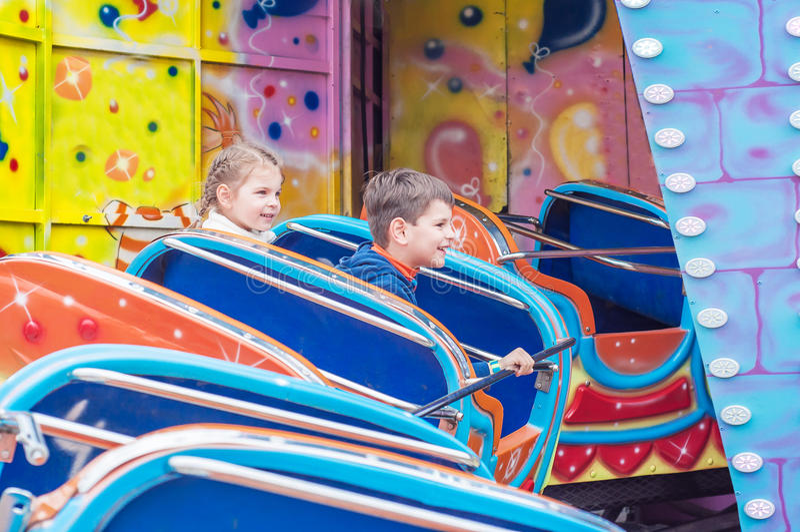 Crianças no parque de diversões imagem de stock