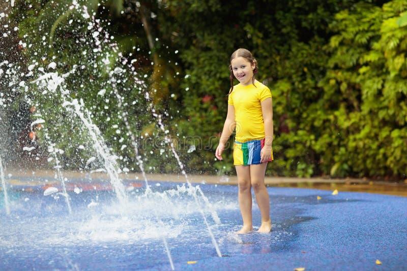Crianças no parque do aqua Criança na piscina fotos de stock royalty free