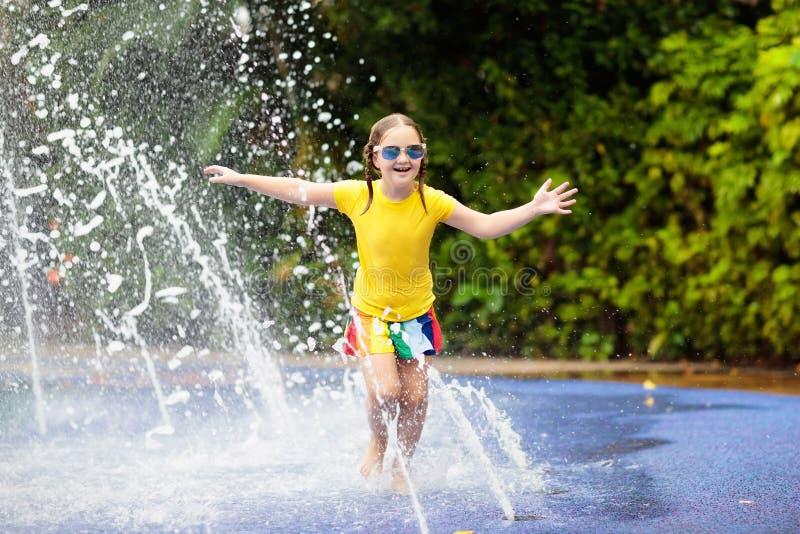 Crianças no parque do aqua Criança na piscina imagens de stock