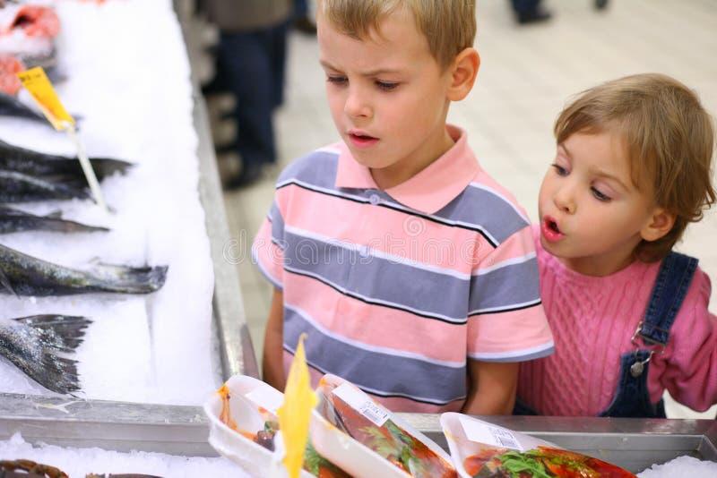 Crianças no supermercado fotos de stock royalty free