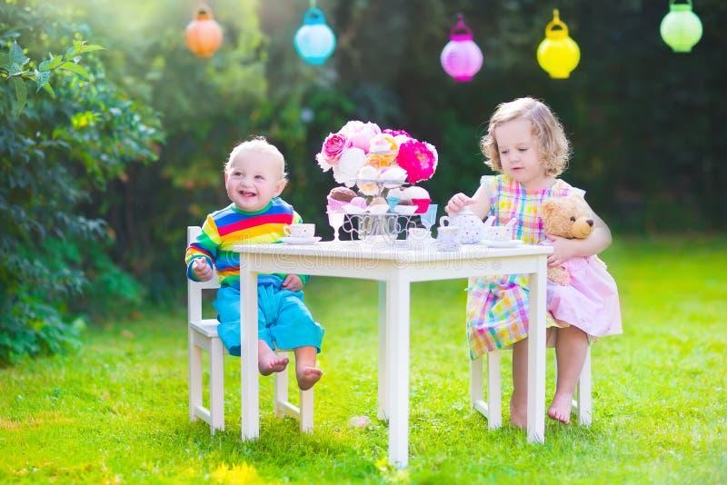 Crianças no tea party da boneca foto de stock royalty free