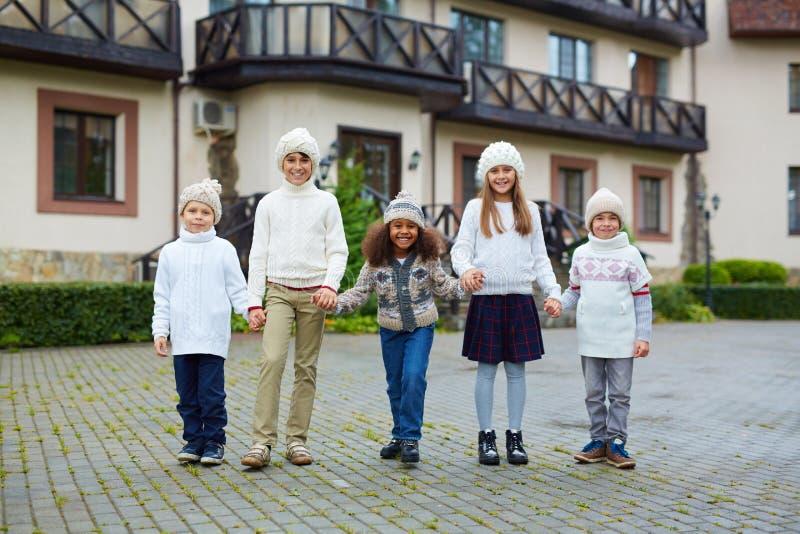 Crianças no terreno da escola imagem de stock