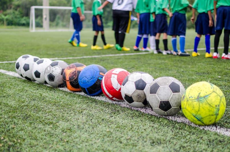 Crianças no treinamento da prática do futebol imagem de stock royalty free